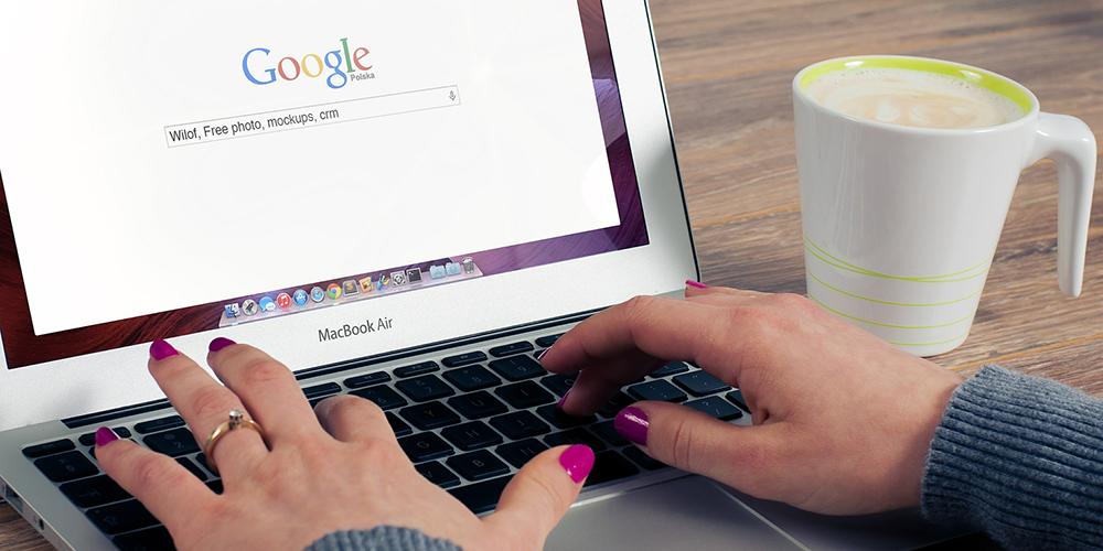 Egy nő keresőoptimalizálást végez a számítógépén