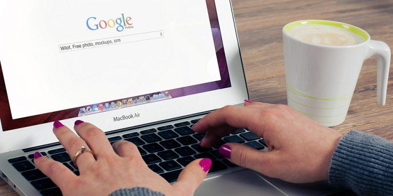 Egy nő számítógépen keres a Google-ben.