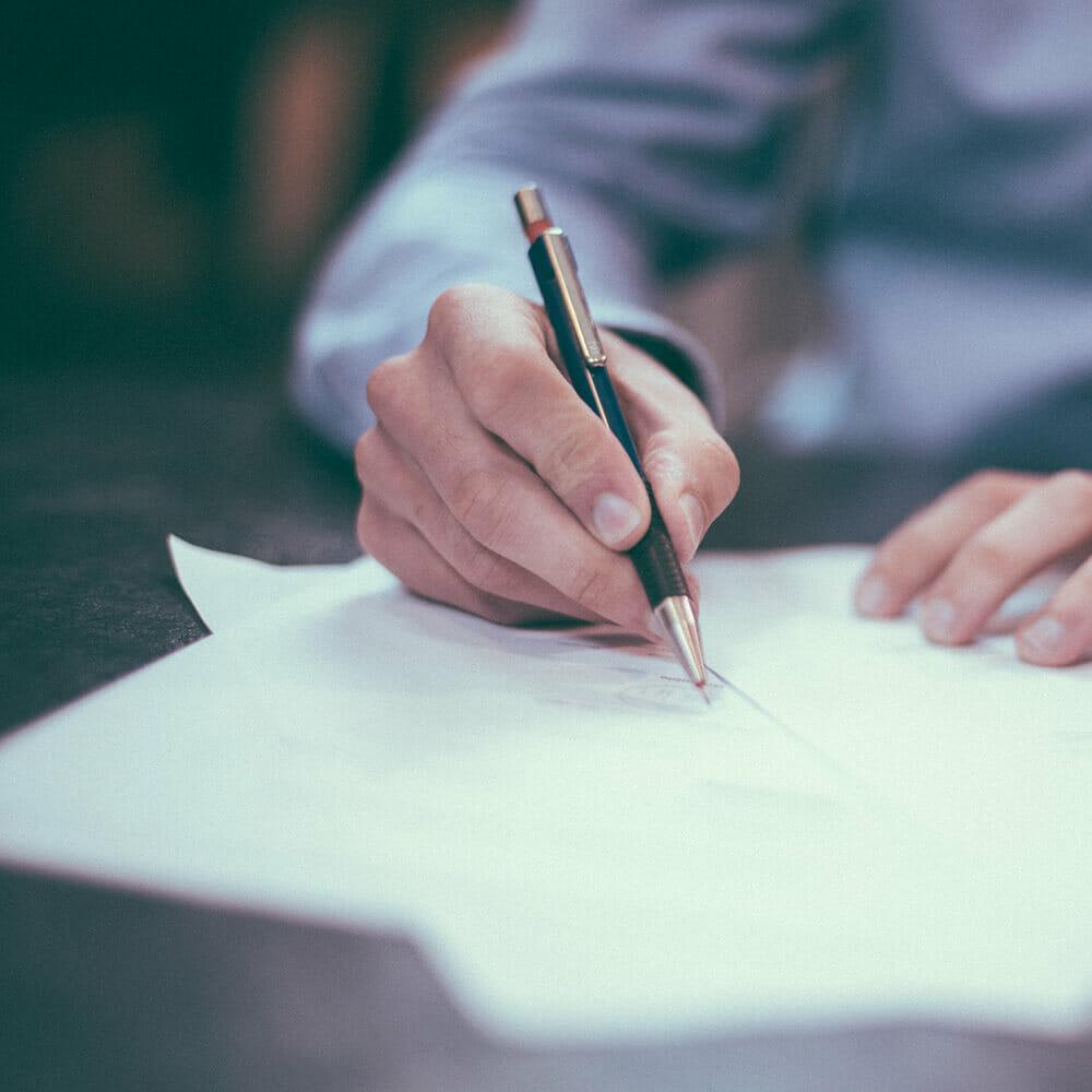 Egy férfi aláír