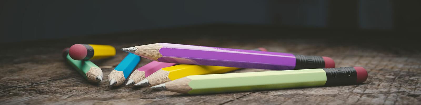 ceruzák az asztalon